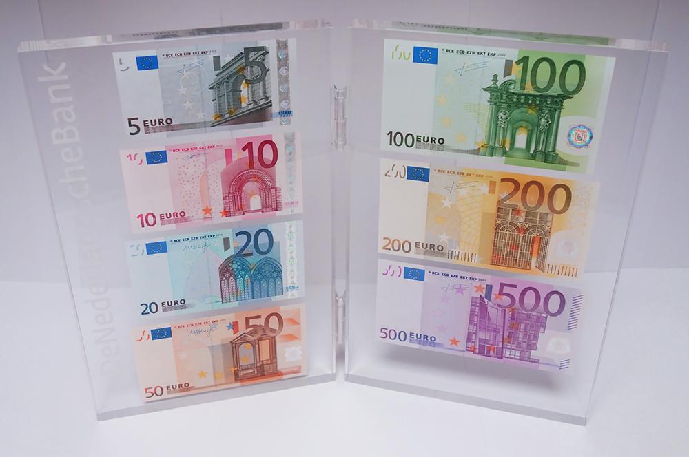 La banque des Pays-Bas offre 885 € a ses employés en espèces - gamme billets euros