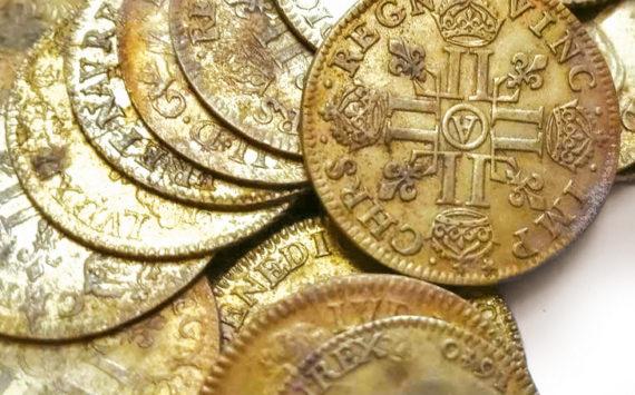 Un trésor de 239 monnaies Louis XIII et Louis XIV découvert en Bretagne